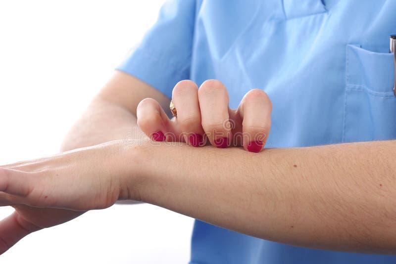 Царапина девушки зуд при рука, зудя стоковые фото