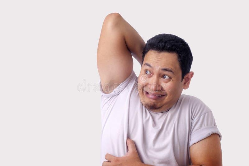 Царапина чувства человека зудящая его тело стоковая фотография