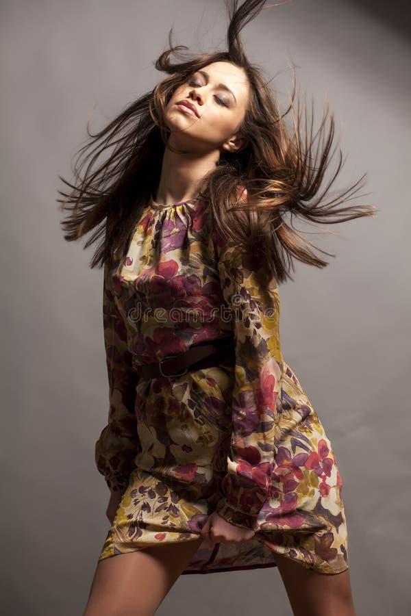 цветастая девушка платья стоковые фотографии rf