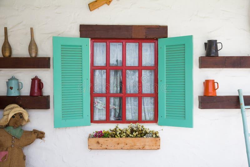 Цветастое окно с украшением в стиле страны стоковое фото rf
