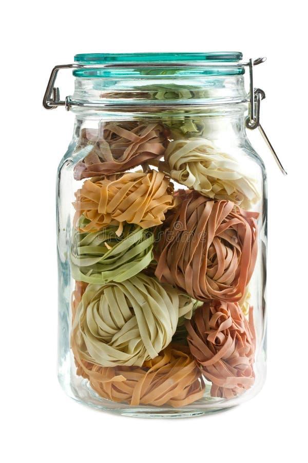цветастое стеклянное tagliatelle макаронных изделия опарника стоковое изображение rf