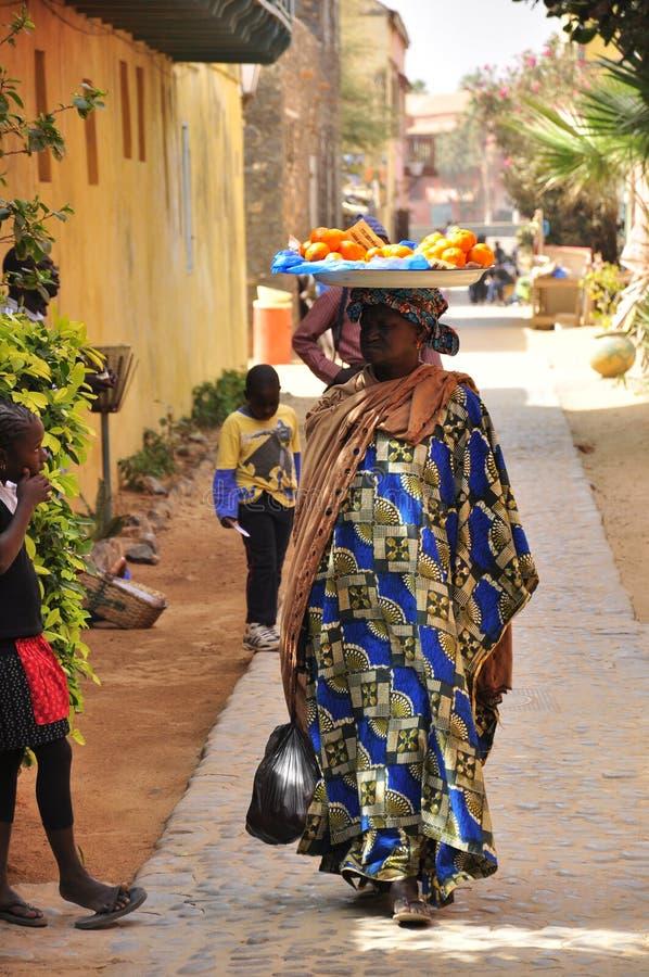 цветасто одетьнные женщины улиц Сенегала стоковое фото rf