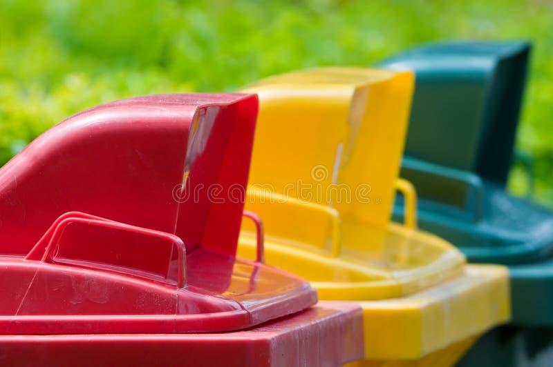 Цветасто рециркулируйте ящики стоковое изображение