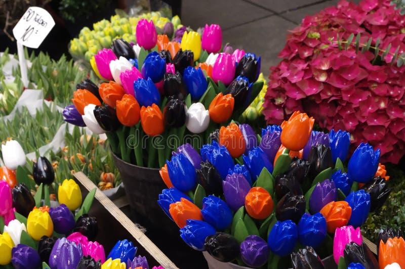 Цветастые деревянные тюльпаны Singel Bloemenmarkt Голландия стоковые фотографии rf