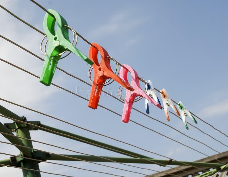 Цветастые зажимы на clothesline стоковое изображение rf