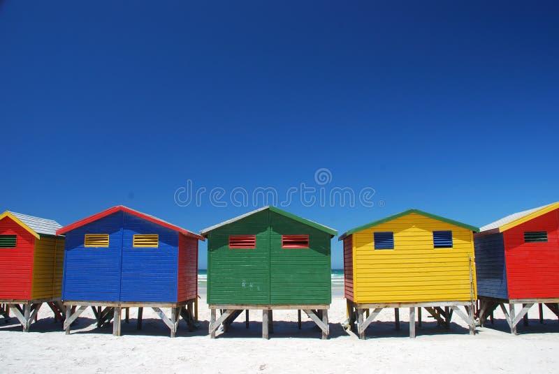 Цветастые кабины пляжа в Muizenberg, Южной Африке стоковое изображение rf