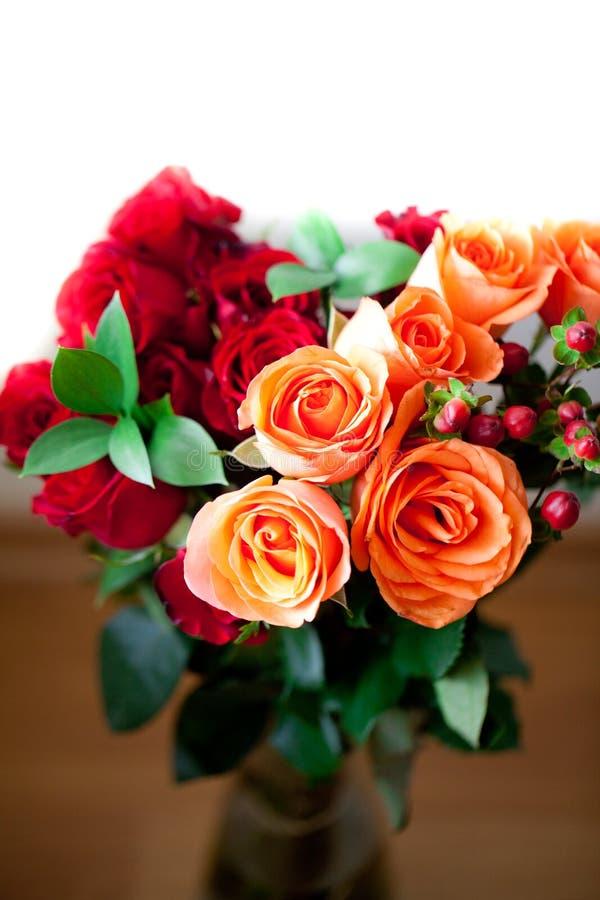 Цветастые розы в вазе на белой предпосылке стоковая фотография rf