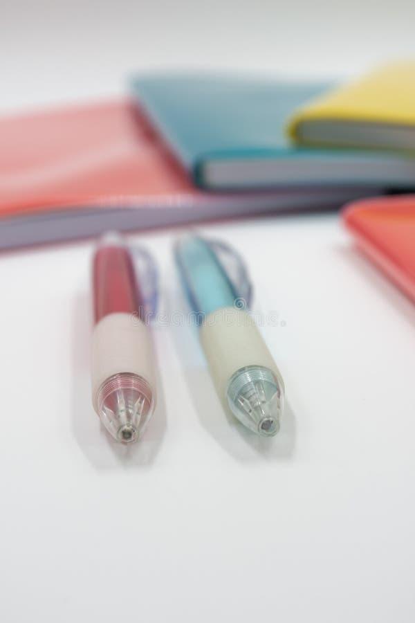 цветастые тетради задняя школа к стоковое изображение rf