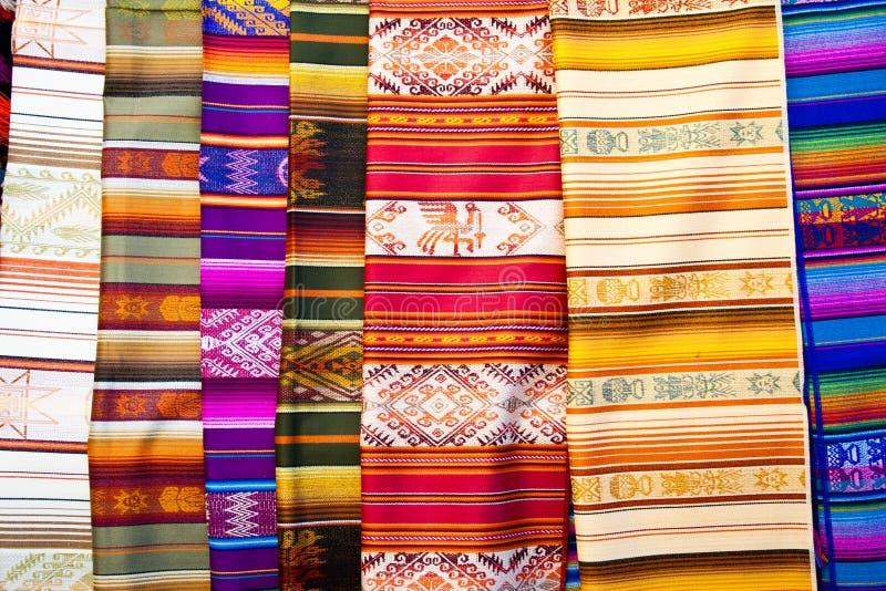 цветастые тканья otavalo эквадора традиционные стоковое изображение rf