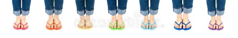цветастые flip flops ноги носить рядка стоковая фотография rf