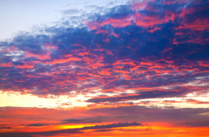цветастый драматический заход солнца неба стоковое фото