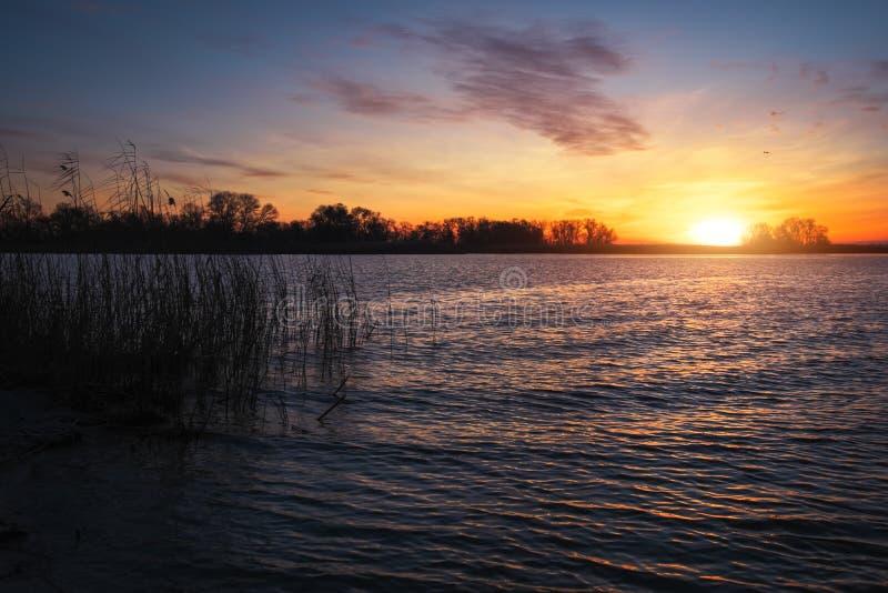 Цветастый заход солнца над морем Красное и оранжевое небо стоковые фотографии rf