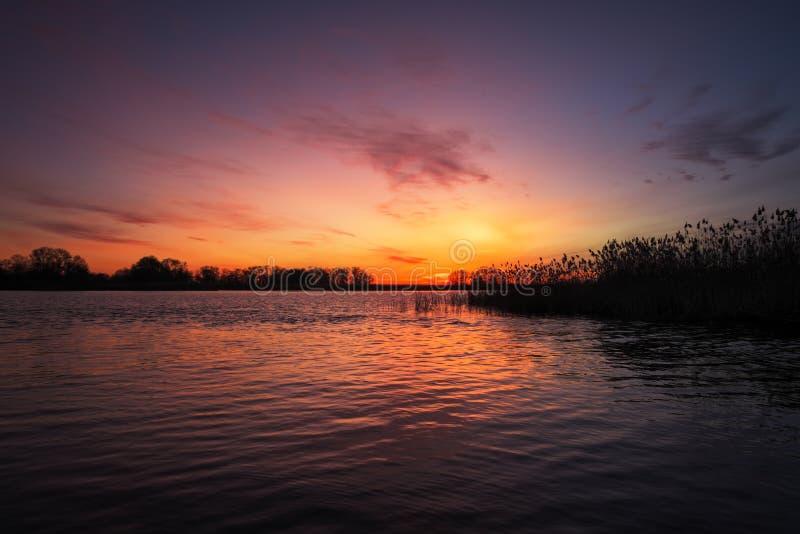 Цветастый заход солнца над морем Красное и оранжевое небо стоковые фото