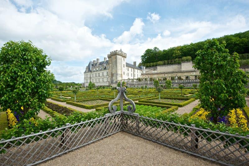 Цветастый сад на французском замке стоковое изображение