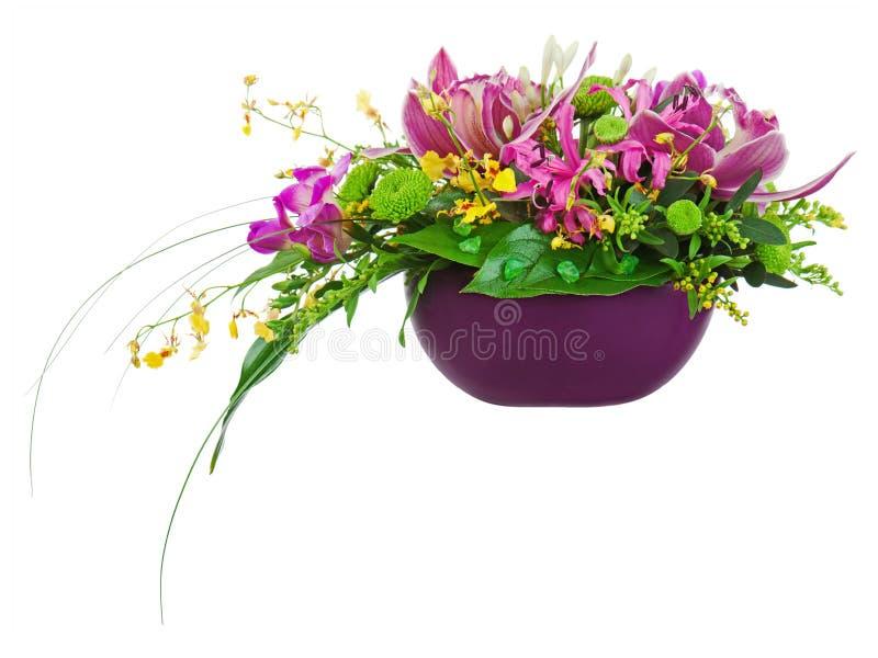 Цветастый centerpiece расположения букета цветка в изолированной вазе стоковое изображение