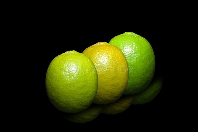 3 цвета, известка на чисто черной предпосылке стоковые фотографии rf
