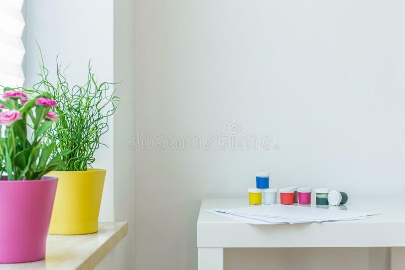 Цвета на таблице стоковое изображение rf
