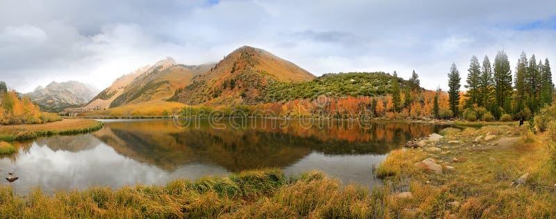 Цвета падения в горах Калифорнии Сьерры стоковое изображение rf