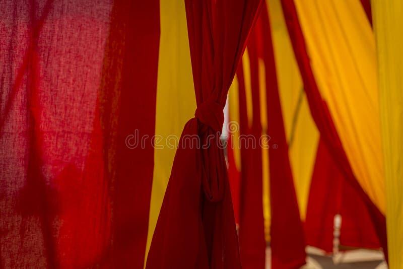 Цвета ткани в Benares - Варанаси стоковая фотография rf