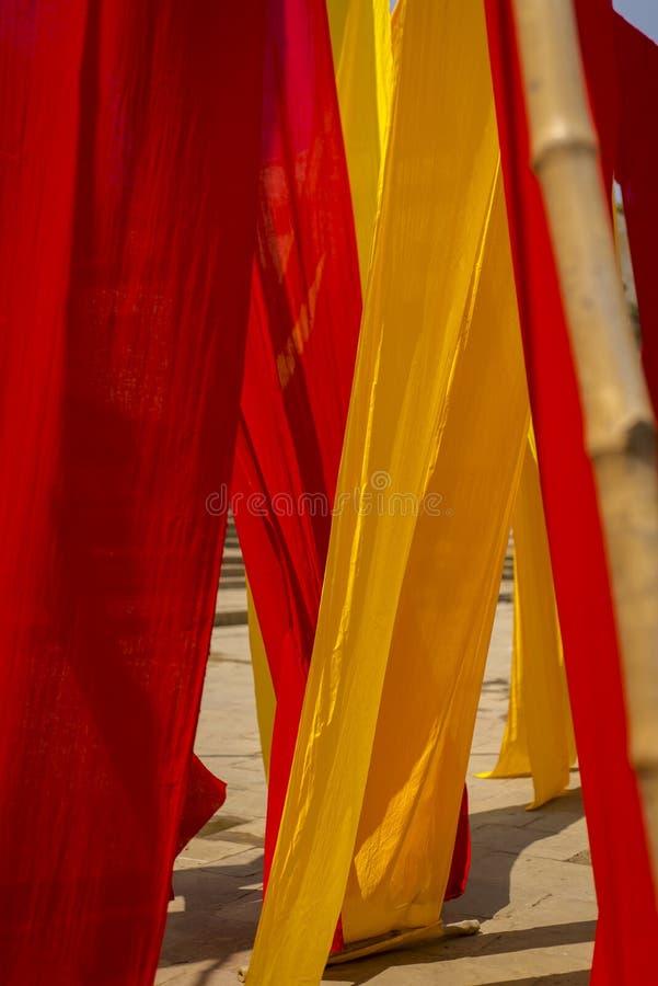 Цвета ткани в Benares - Варанаси стоковые изображения