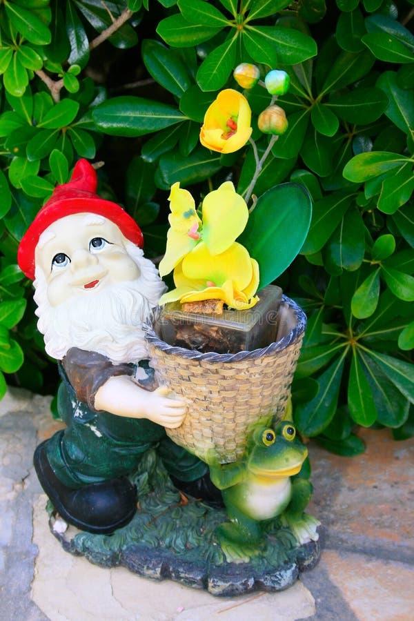 цветет желтый цвет gnome стоковое изображение