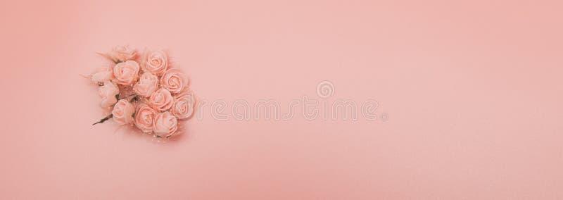 Цветет состав Картина сделанная из розовых цветков на розовой предпосылке Плоское положение, взгляд сверху, космос экземпляра стоковые изображения rf