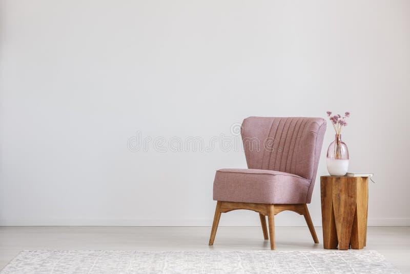 цветет стеклянная розовая ваза стоковые изображения