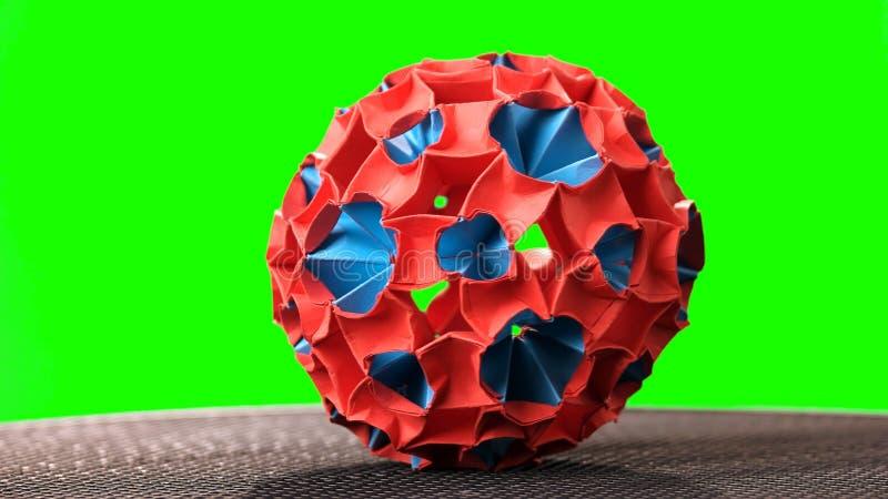 Цветистый шарик kusudama на зеленой предпосылке стоковое фото rf