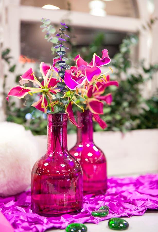 Цветки букета в стеклянной вазе стоковые фото