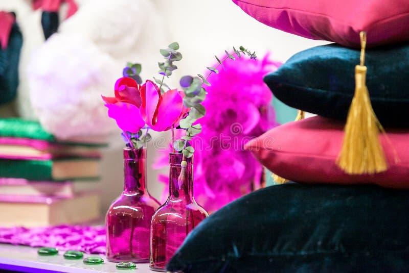 Цветки букета в стеклянной вазе стоковые изображения