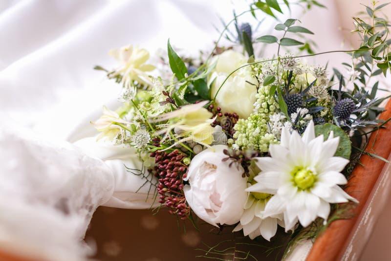 Цветки букета свадьбы различные Современный bridal пук с цветком и thistle мака стоковые изображения