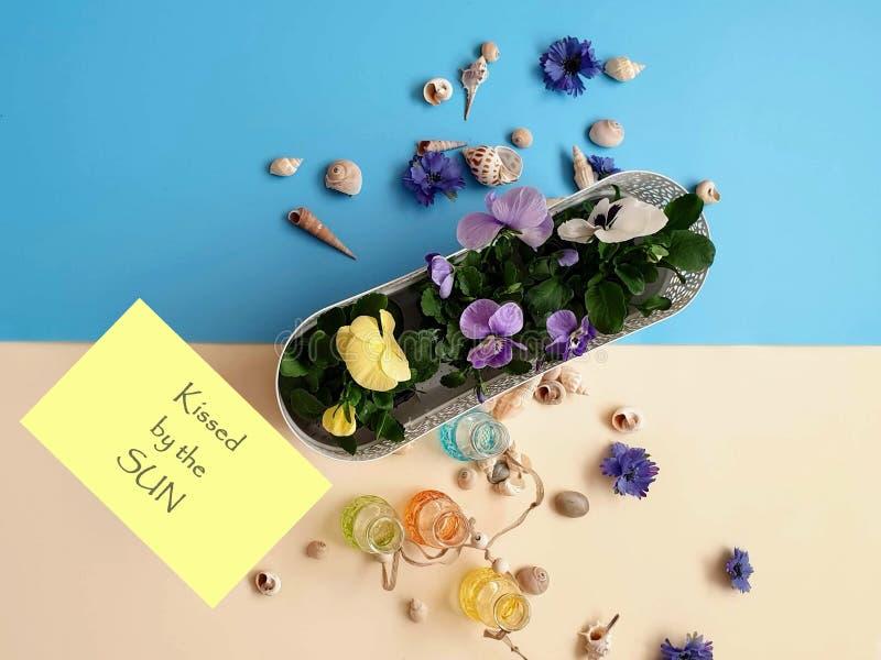 Цветки венок раковин камней моря, гирлянда, крона, chaplet, coronet, circlet цветков звенят голубой конспект предпосылки пляжа пр стоковая фотография rf