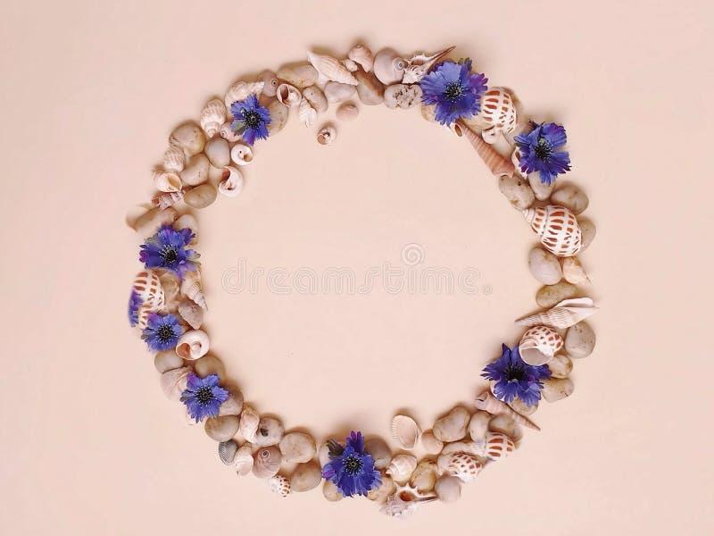 Цветки венок раковин камней моря, гирлянда, крона, chaplet, coronet, circlet цветков звенят greeti голубой предпосылки пляжа абст стоковые фото