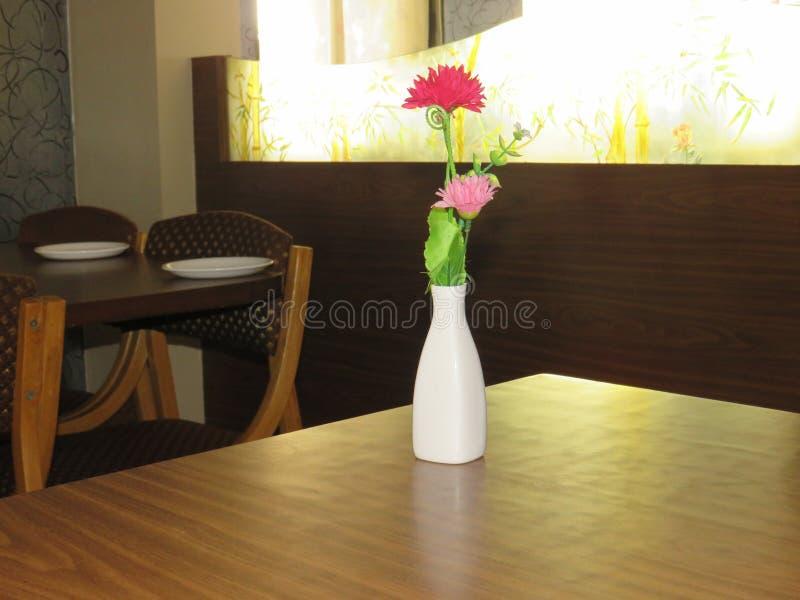 Цветки всегда стоят вне стоковые фотографии rf