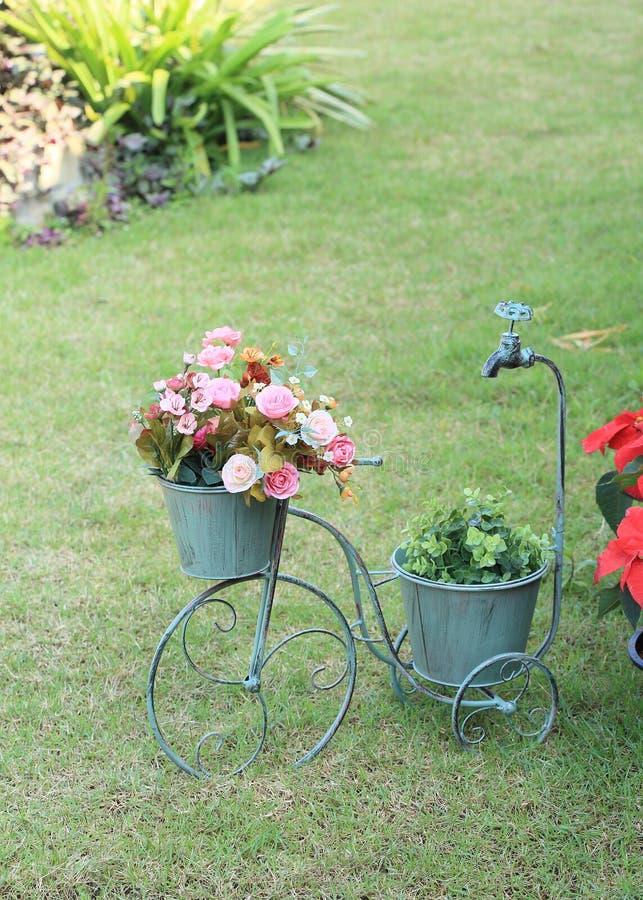 Цветки в вазе велосипеда стоковое фото rf