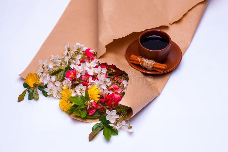 Цветки в коричневой бумаге упаковки стоковая фотография rf