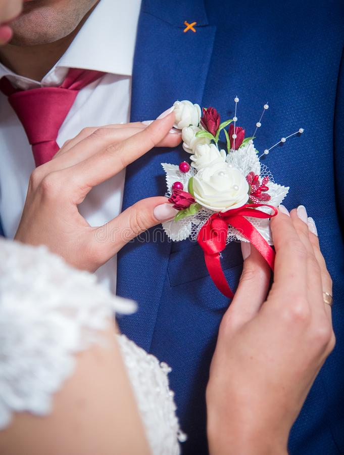 Цветки в куртке ` s человека стоковые фотографии rf
