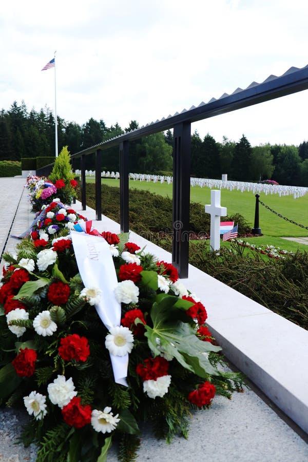 Цветки в честь Дня памяти погибших в войнах; Кладбище WWII в Люксембурге стоковые фото