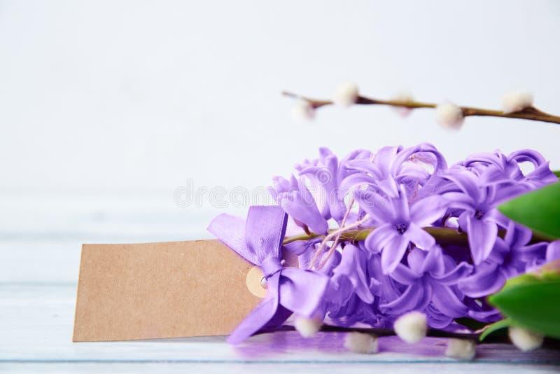 Цветки гиацинта с биркой Ультрафиолетовый луч тенденции Pantone стоковое фото rf