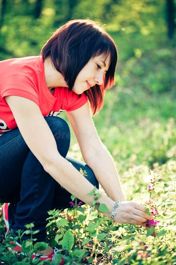 цветки держа милую женщину весны стоковое фото
