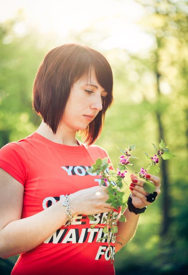 цветки держа милую женщину весны стоковые фото