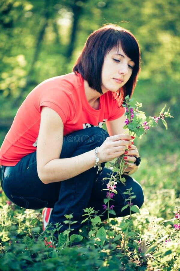 цветки держа милую женщину весны стоковые изображения