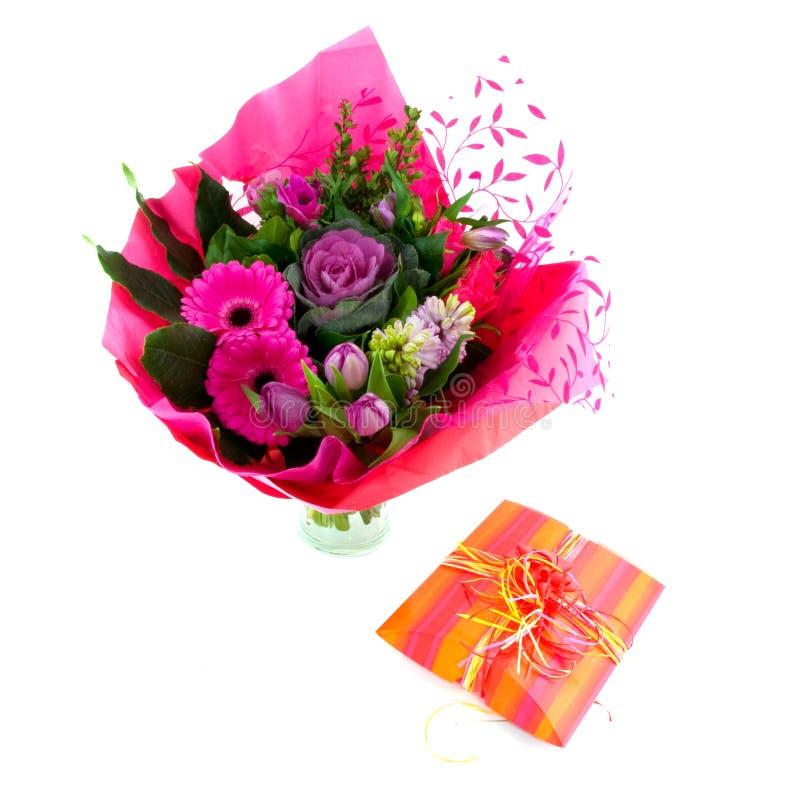 цветки дня рождения присутствующие стоковые фото