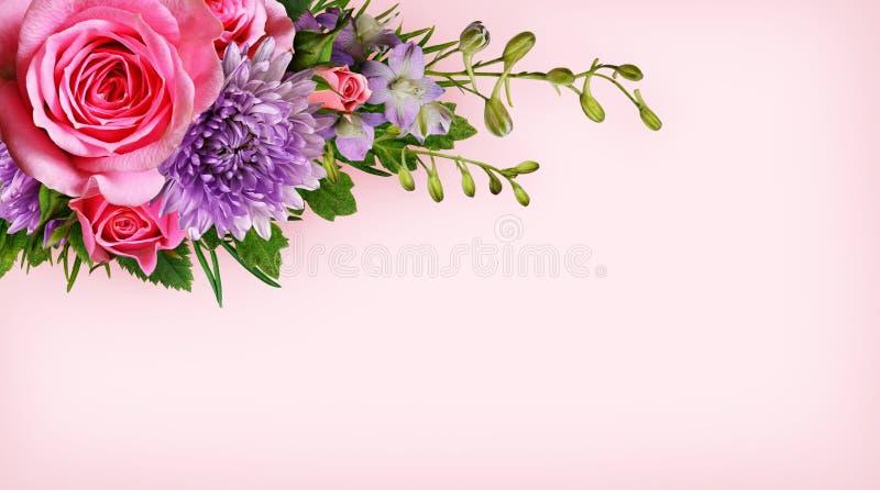 Цветки загоняют в угол на розовой предпосылке стоковая фотография
