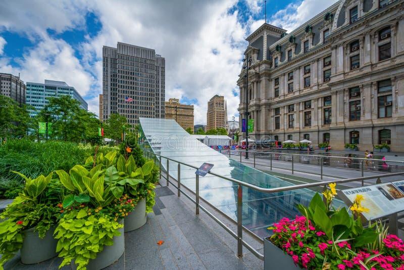 Цветки и современный вход метро на парк Dilworth в Филадельфии, Пенсильвании стоковые изображения