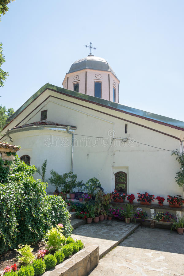 Цветки и церковь на монастыре St Nicholas стоковые фотографии rf
