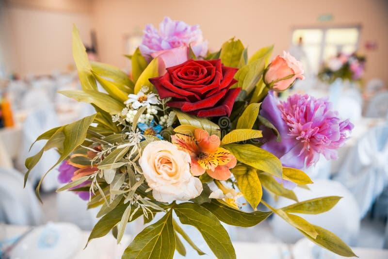 Цветки как оформление на таблице стоковое фото