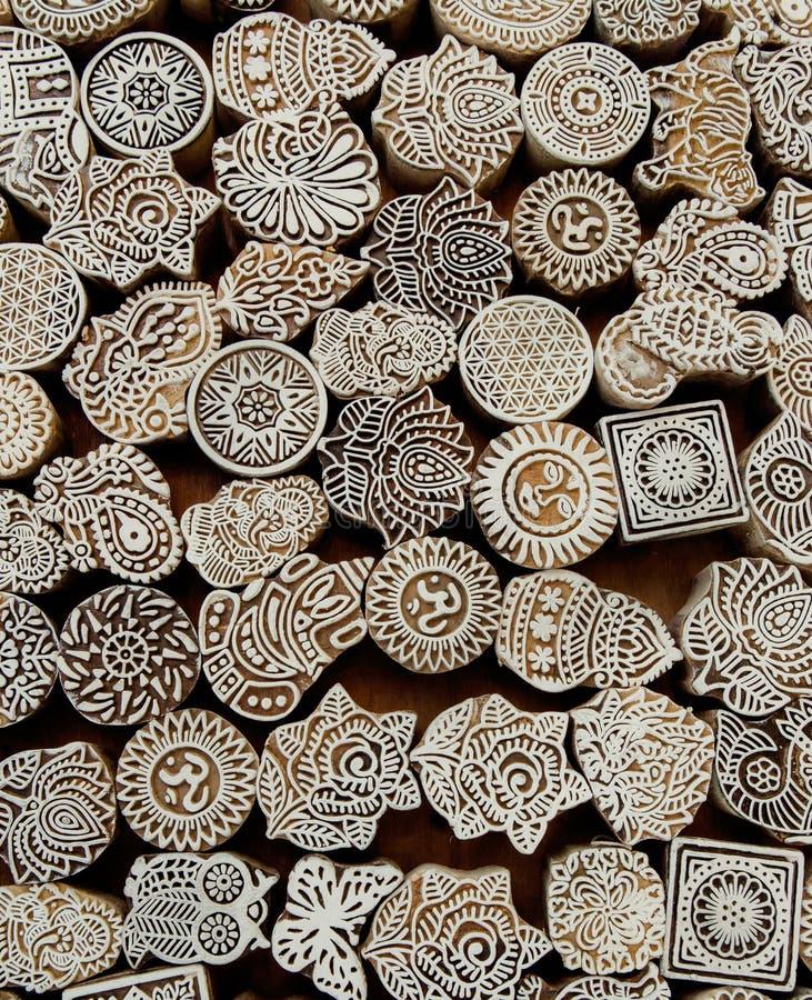 Цветки, картины, символы солнца на деревянной поверхности блоков прессформы для традиционной ткани печатания Предпосылка от Индии стоковые изображения