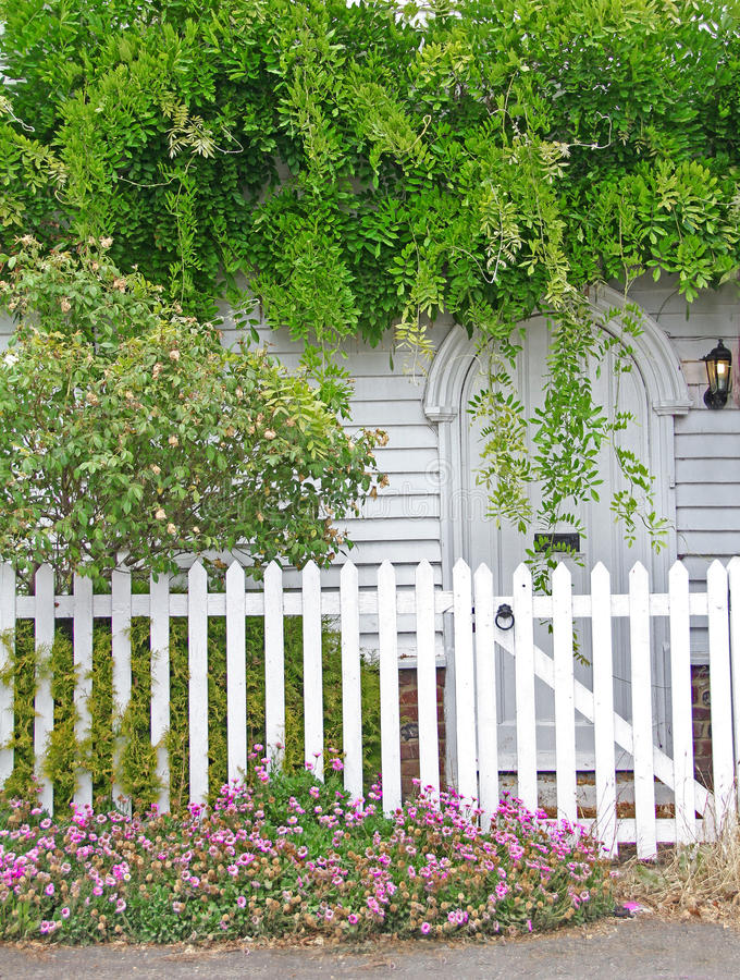 Цветки коттеджа Кента над дверью стоковая фотография