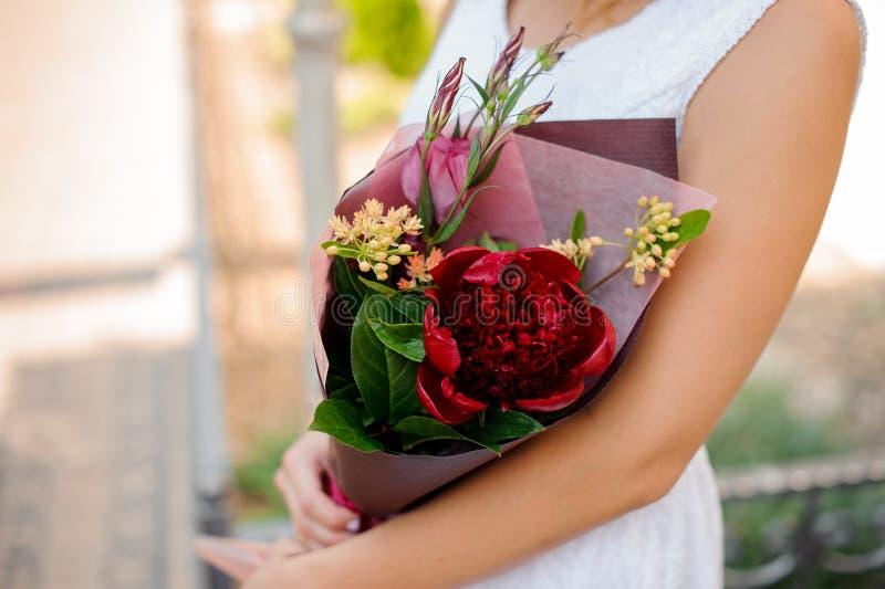 Цветки красивого сочетания из красочные в руках женщины стоковые изображения rf
